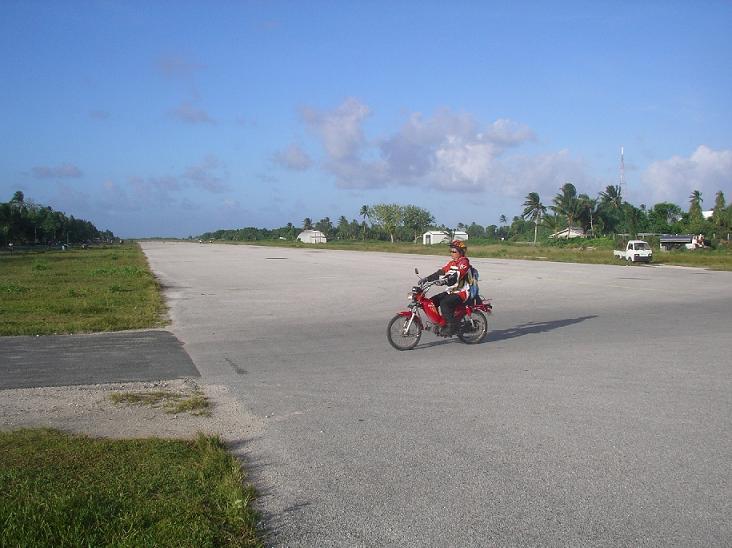 ツバル・国際空港の滑走路をバイクで走る