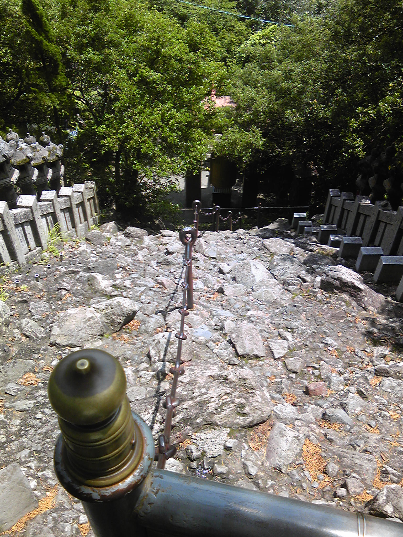 笠ヶ滝寺 本堂までは鎖で崖をよじ登らなければ・・・ 映画「八日目の蝉」で希和子が薫と訪れた場所