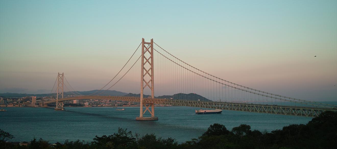 夕日に映える明石大橋