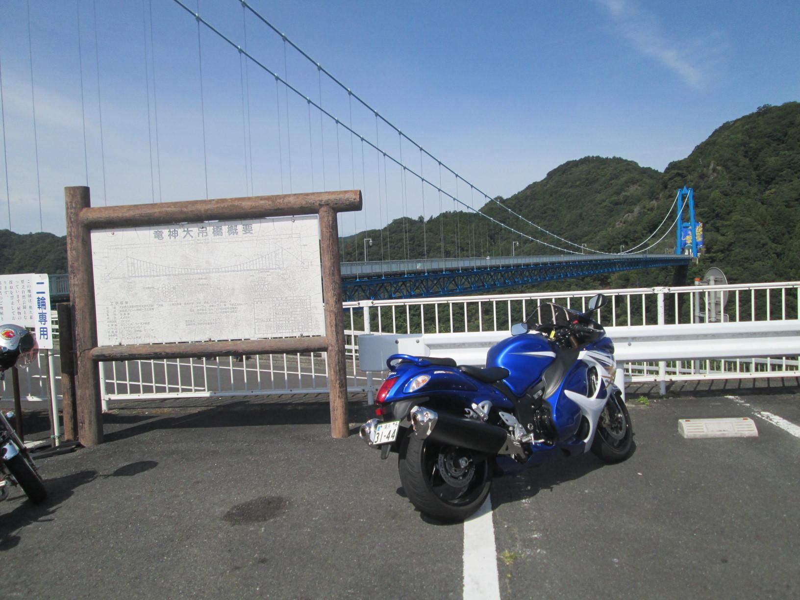竜神大吊橋をバックに。空と橋脚と単車の青がマッチして良い。