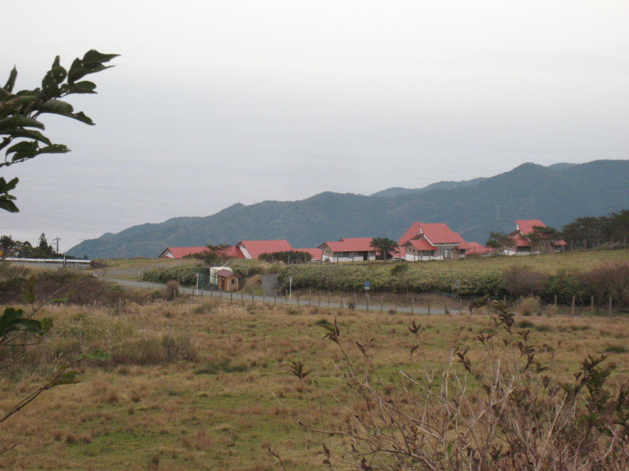 西天城高原牧場の赤い屋根。 春〜夏には放牧の牛やヤギがそこらじゅうに居ます