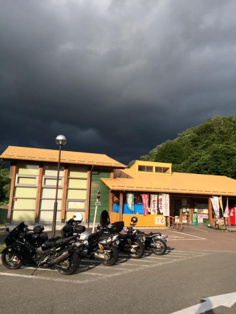 道の駅 いりひろせ  県境がピンポイントで雨。