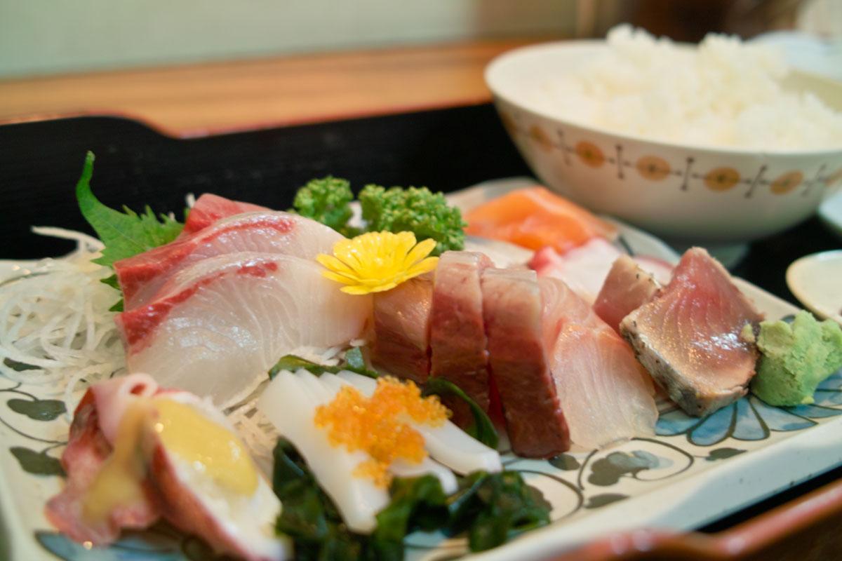 """8種類の魚が盛られた""""お造り定食""""は980円でした。"""