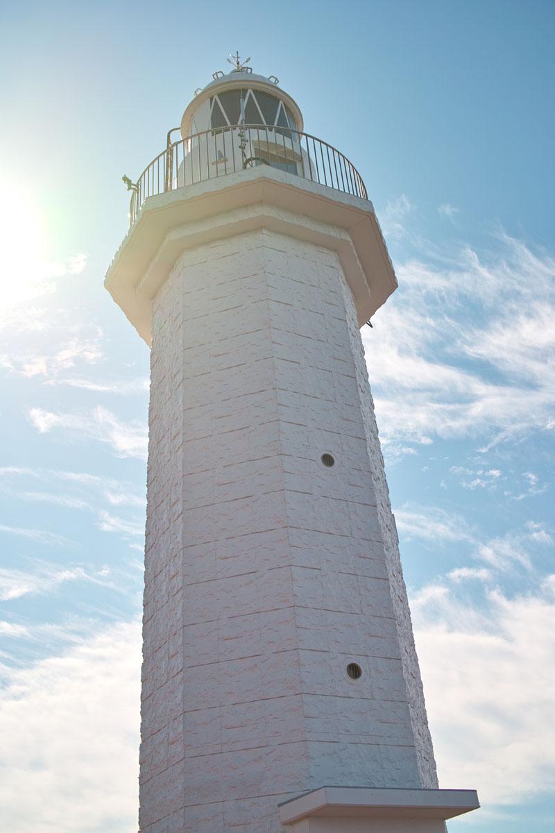 白いタイルが貼られたスリムな灯台。