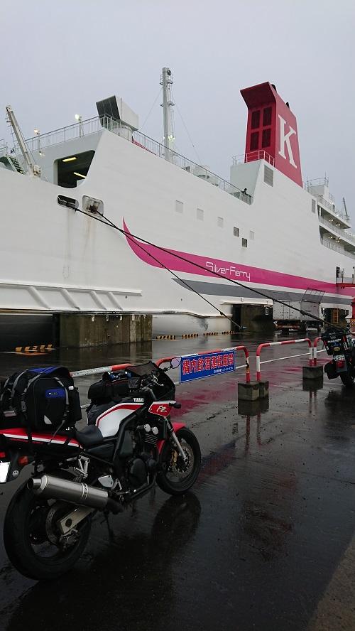 苫小牧港はやはり雨だった