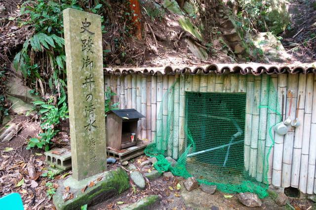 御井の清水。動物除けのネットが張られている。