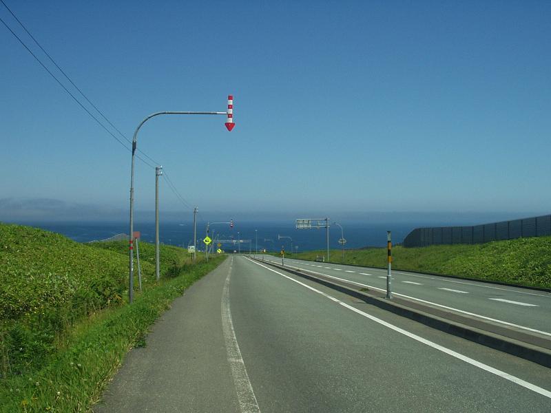 道路の向こうに海が見える