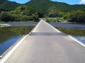 「佐田の沈下橋」四万十川一番下流にあります